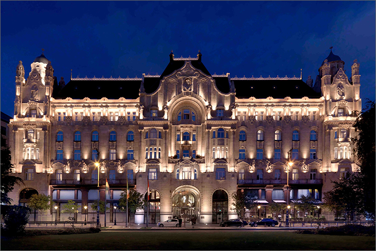 Four Seasons Gresham Palace at night