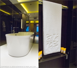 Hotel Arts Barcelona: Sleek and sexy bath tub at the Arts Suite